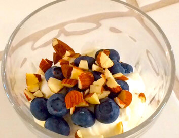 Græsk yoghurt med mandler og bær